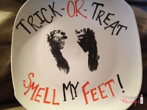 found at the thrift, DIY painted plate, halloween painted plate, halloween painted plates, halloween plate, sharpie painted halloween plate, sharpie painted plates, DIY halloween display,